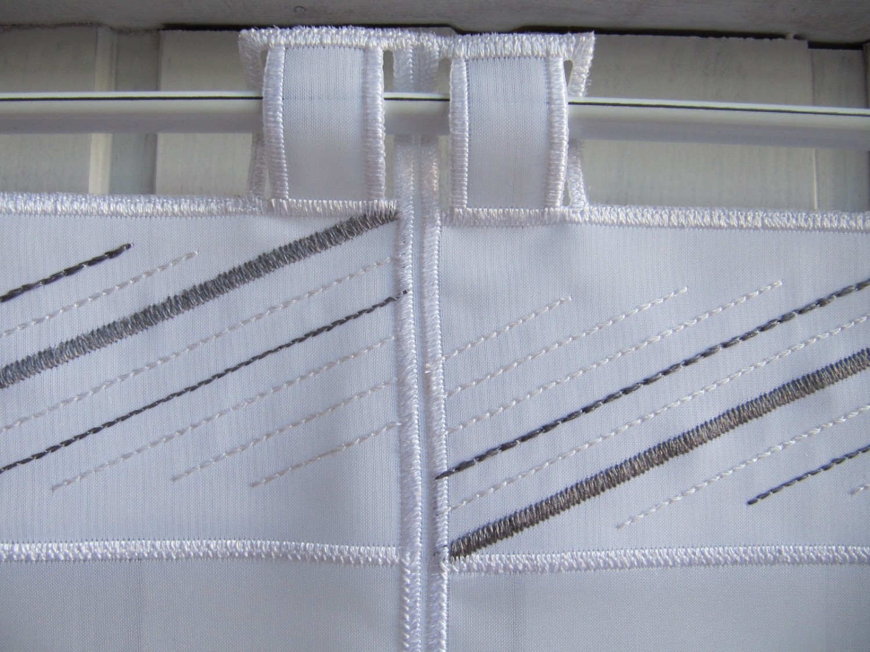 Scheibengardine wei grau modern stickmuster 45 cm hoch for Moderne scheibengardinen